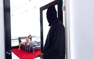 Masked robber fucks ebony girl thither her room